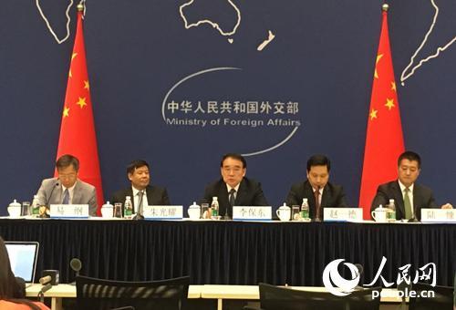 外交部就习近平主席主持二十国集团领导人第十一次峰会举行中外媒体吹风会 (人民网记者 杨牧摄)