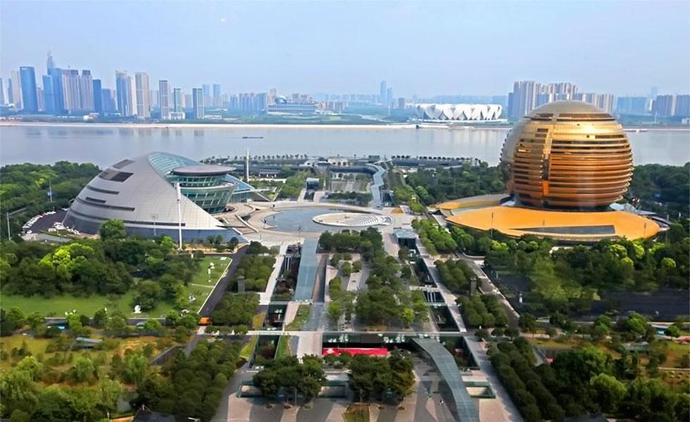 国际工商界提出的《2016年B20政策建议报告》为G20杭州峰会提出了具体可行的方案,如果各成员坚持实施,必将实质性促进增长和繁荣。B20在这个领域提出的建议有如下重点:首先强调了不出台新贸易保护主义政策的重要性;其次为了便利贸易,相关国家应当迅速、有力执行世贸组织协议;第三是建议专家对多元化措施的潜力进行评估;最后在投资决策方面,B20关于透明、公平公正解决争端的权利以及法治等建议,在G20贸易部长会议的全球投资指导原则中得到了体现。(德国B20协调人斯托米安尼卡米尔德纳)