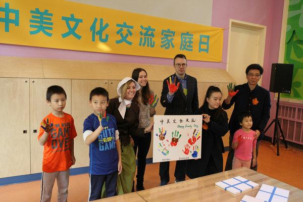 人民网11月21日电 11月19日,由中国儿童中心与美国大使馆联合举办的中美文化交流家庭日主题活动在中国儿童中心老牛儿童探索馆举行。20多名美国青少年在美国驻华大使馆工作人员的带领下与来馆的中国家长及儿童度过了一段快乐的时光。  美国驻华大使馆副文化官Alan Clark、中国儿童中心副主任李忠明等参加活动启动仪式。李忠明在致辞中表示,老牛儿童探索馆始终坚持将中国优秀文化与世界各国先进的教育理念相结合,促进儿童健康快乐成长。此次家庭日活动,既是中美家庭之间的互动交流,也是为中美青少年儿童文化交流搭建了一
