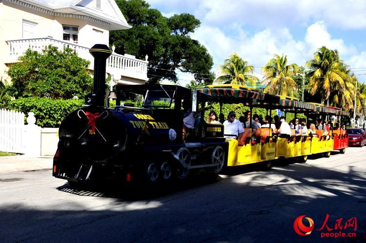 环游西礁岛的观光小火车  于世文  摄