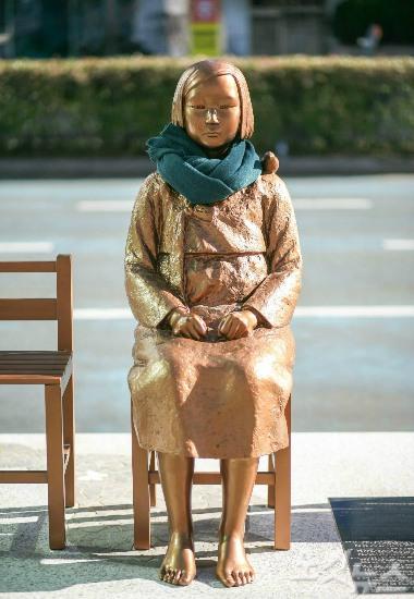 """日本驻釜山总领事馆前的""""慰安妇""""少女像。"""