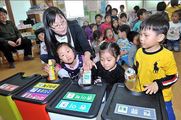 人民网首尔4月14日电(夏雪)凡是在韩国居住过的人,都会有同感:在韩国,扔垃圾是件让人头疼不已的事。不仅垃圾分类有相应的规定,垃圾收集日和具体投放时间也受到严格的限制,投放时还得使用指定的垃圾袋。 但正是因为韩国人对垃圾的斤斤计较,目前韩国的垃圾回收率高达80%,在发达国家中首屈一指。那么,韩国是如何实施垃圾分类制度的呢?为什么能做到如此高的垃圾回收率?让我们来一探究竟。 扔垃圾竟要花钱 扔垃圾要交钱,在韩国是天经地义的事情。韩国从1995年1月1日开始在全国范围内实施垃圾计量收费制度,要求城市居民必须