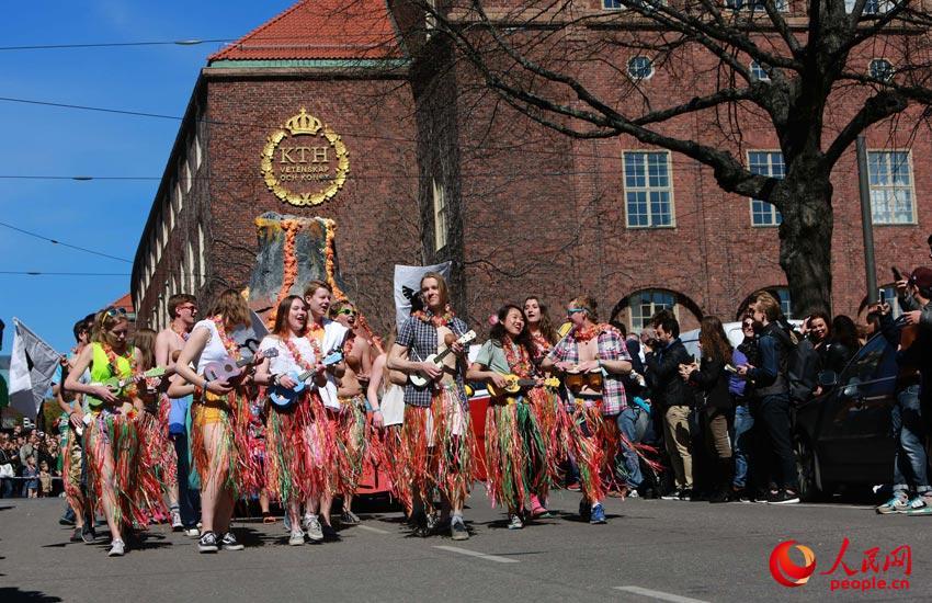 人民网斯德哥尔摩5月15日电 经历过五月上旬天天的疾风暴雪后的5月13日,瑞典斯德哥尔市内的皇家理工学院、斯德哥尔摩大学、卡罗林斯卡医学院等大学的学生会组织了在皇家理工学院校区附近的街区举行了三年一届的五月狂欢大游行,许多大学教工也组队加入了游行队伍,他们用废旧材料,搭建了最简易的花车,用租来的工程车辆和修复后的报废车辆甚至儿童玩具组成花车队伍,兴高采烈地上街展示自己丰富的大学生活,展示自己童稚的心态。游行队伍行进中得到了市民热烈的欢迎,众多的市民跟在游行队伍后年欢歌狂欢,与学生们开始迎接即将到来的美好夏