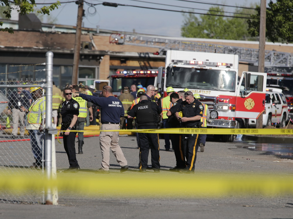 5月15日,在美国新泽西州卡尔施塔特,警方和消防员在坠机事故现场工作。