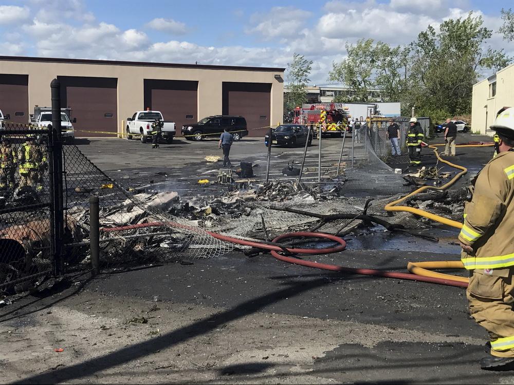 5月15日,在美国新泽西州卡尔施塔特,消防员在坠机事故现场工作。