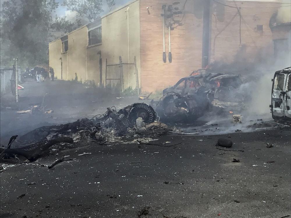 5月15日,在美国新泽西州卡尔施塔特,坠机事故现场冒出浓烟。