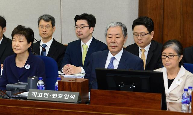 5月23日上午,在首尔中央地法第417号法庭,朴槿惠(左一)与崔顺实(右一)同坐在被告席上。图片来源:韩联社