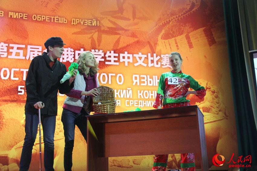 获得个人第一名的金安娜(右)在才艺表演中。 记者 张晓东摄
