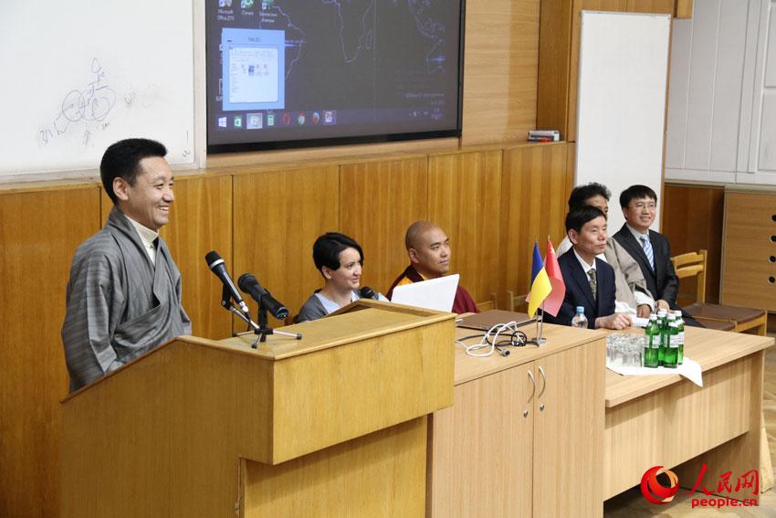 """中国藏文化交流团走进基辅国立大学国际关系学院,以""""中国的宗教与民族政策""""为主题,与该院师生进行交流活动。谭武军摄"""
