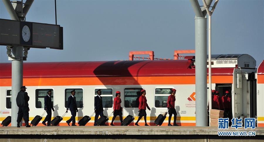 """肯尼亚旅客体验蒙内铁路""""中国速度"""""""