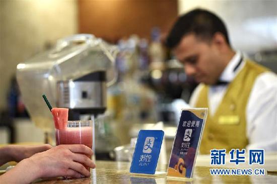 6月9日,旅客在歌诗达邮轮赛琳娜号的餐厅点饮料。当日,往返于上海与日本之间的歌诗达邮轮赛琳娜号开通支付宝结算与服务。游客可通过扫码将支付宝帐户与邮轮的房卡进行关联,用于船上购物、餐饮、娱乐活动以及岸上观光等消费。新华社发