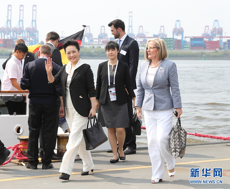 当地时间7月7日上午,应德国总理默克尔丈夫绍尔邀请,国家主席习近平夫人彭丽媛同出席二十国集团领导人第十二次峰会的部分代表团团长配偶乘船参观汉堡港。新华社记者 王晔 摄