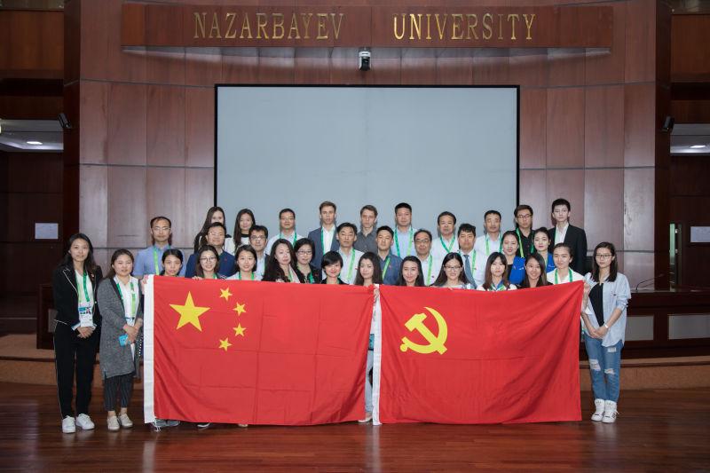 """中国馆工作人员在""""丝绸之路经济带""""倡议提出的地方合影 (阿斯塔纳世博会中国国家馆供图)"""