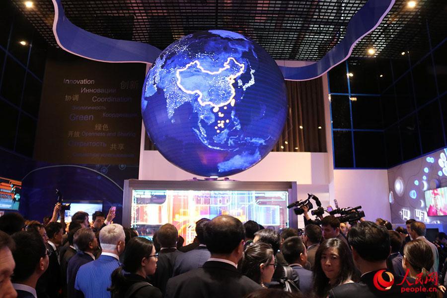 观众参观中国馆内的人造太阳核聚变能源项目模型