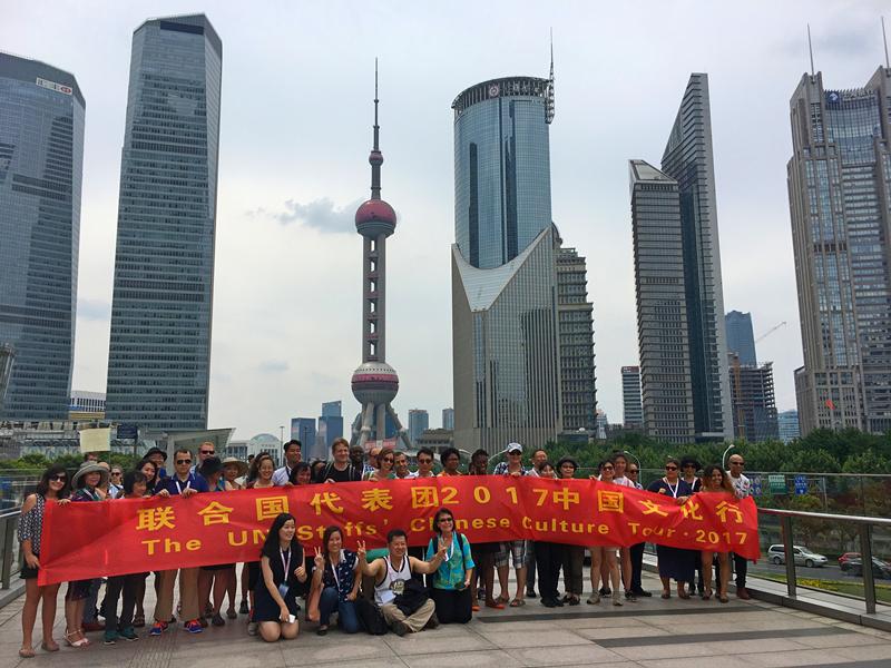 联合国代表团在上海陆家嘴参观。 (谢荣镇摄)