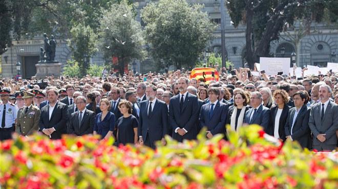 巴塞罗那加泰罗尼亚广场举行默哀活动(图)
