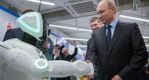 """""""逃跑机器人""""与俄罗斯总统普京""""握手""""。(图片来源:俄罗斯卫星网)"""