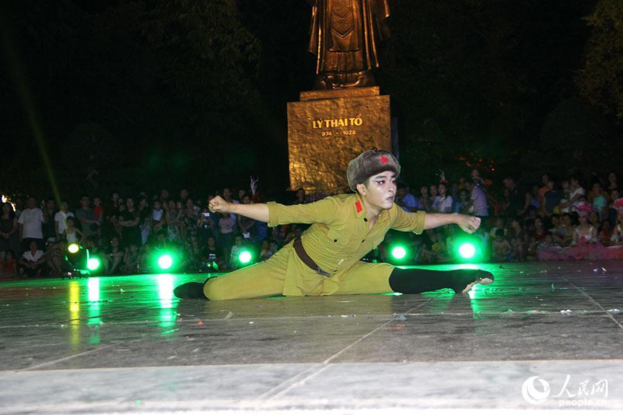 中国演员在河内市中心广场表演舞蹈《林海雪原》。刘刚 摄