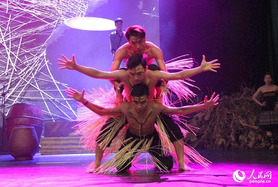 越南民族舞蹈。刘刚 摄