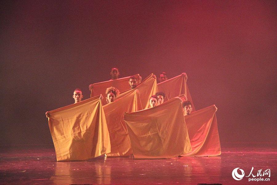 哥伦比亚演员在剧院演出现代舞。刘刚 摄