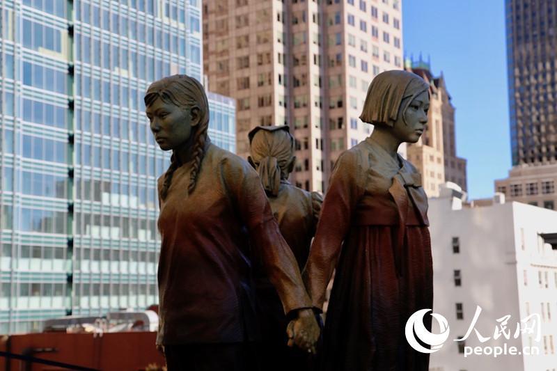"""当地时间9月22日,""""慰安妇""""纪念雕塑在美国旧金山市圣玛丽广场揭幕。人民网 张洁娴 摄"""