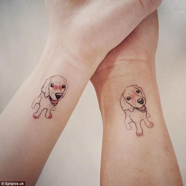 手腕纹身中两只可爱的小狗.图片