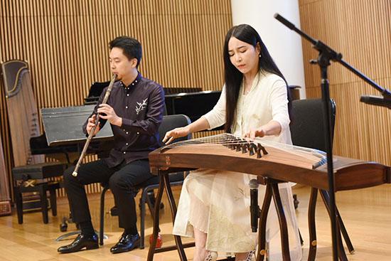 """古筝演奏家袁莎(右)在美国纽约林肯中心举行的""""筝与诗——中国音乐文化之旅""""活动上,弹奏古筝。"""