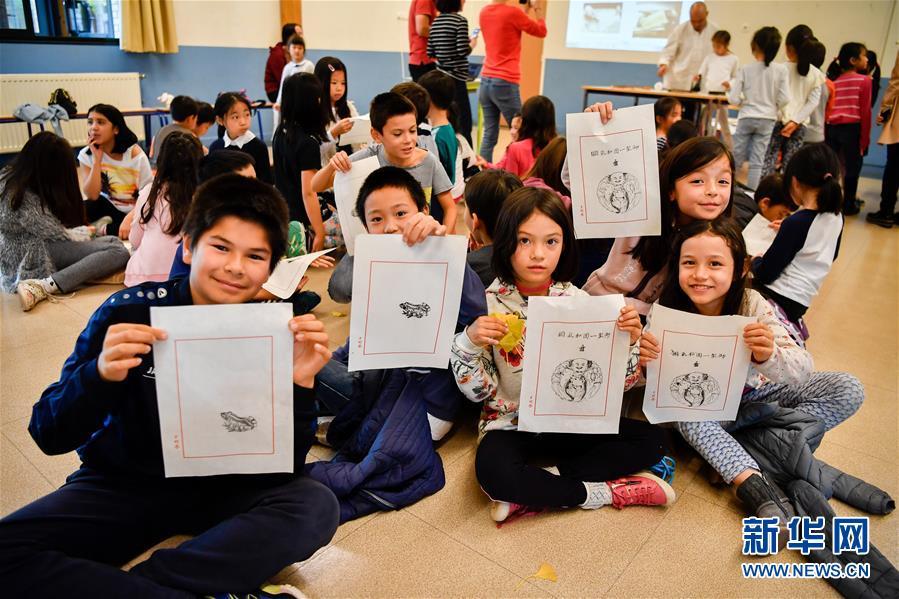 10月19日,在法国圣日耳曼昂莱的让·穆兰小学,学生们展示亲手拓印的作品。