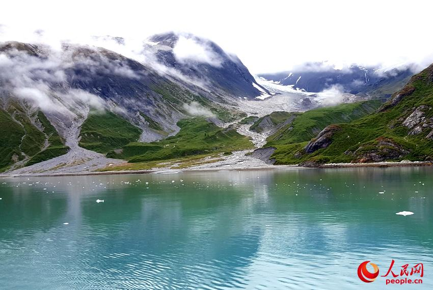 冰川、云雾、雪峰、植被,倒映在海水中宛若画卷  于世文  摄