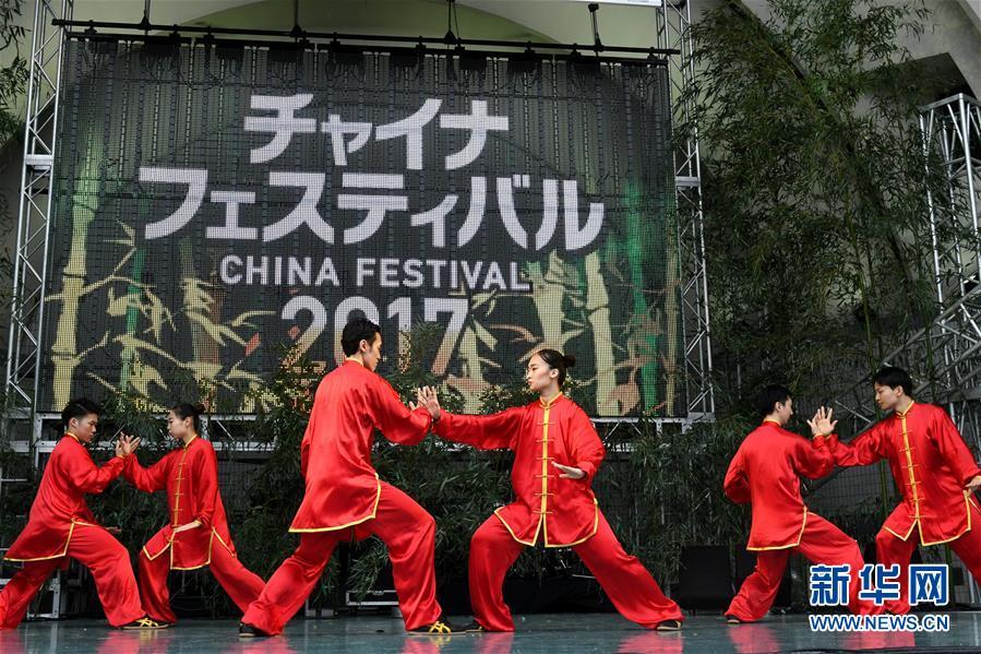 """这是10月21日在日本东京举行的""""2017年中国节""""活动开幕式上的太极拳表演。"""
