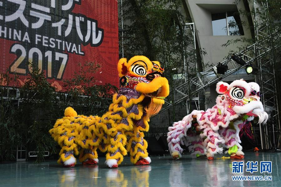 """这是10月21日在日本东京举行的""""2017年中国节""""活动开幕式上的舞狮表演。"""
