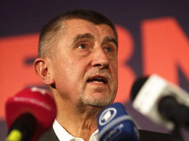 """10月21日,捷克""""ANO2011""""党领导人安德烈·巴比什在布拉格竞选总部举行的新闻会上发表讲话。(新华/路透)"""