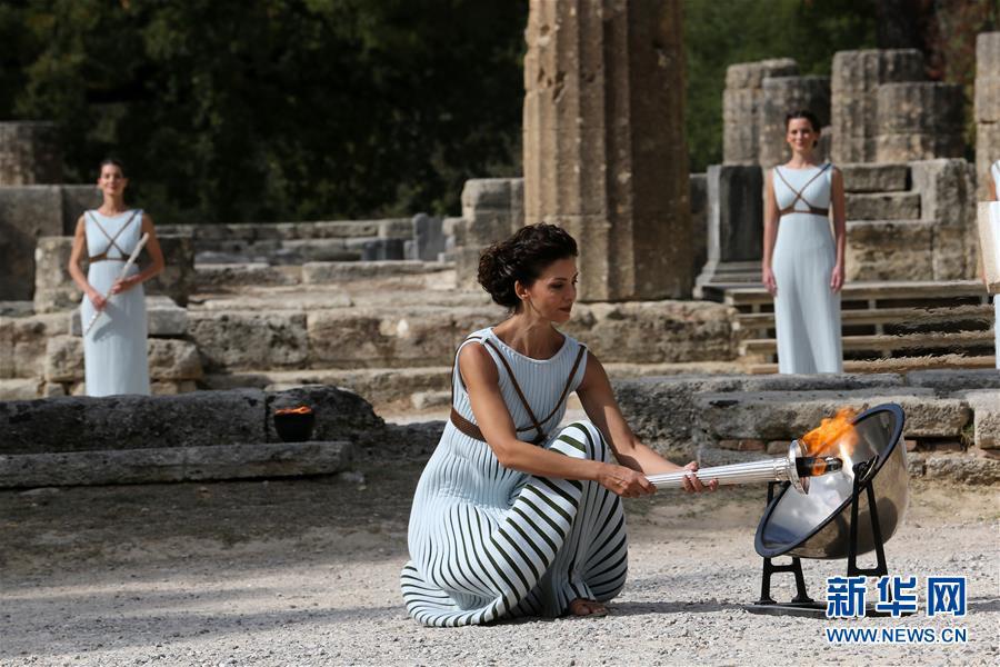 10月23日,扮演最高女祭司的希腊演员卡特里林娜·勒侯在彩排中点燃火炬。