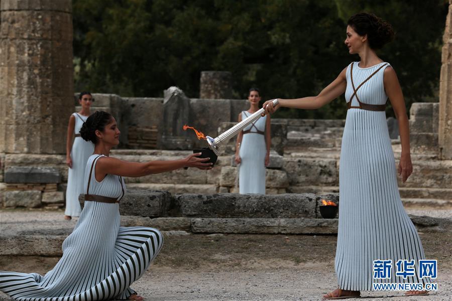 10月23日,扮演最高女祭司的希腊演员卡特里林娜·勒侯(右)在彩排中点燃火种罐。