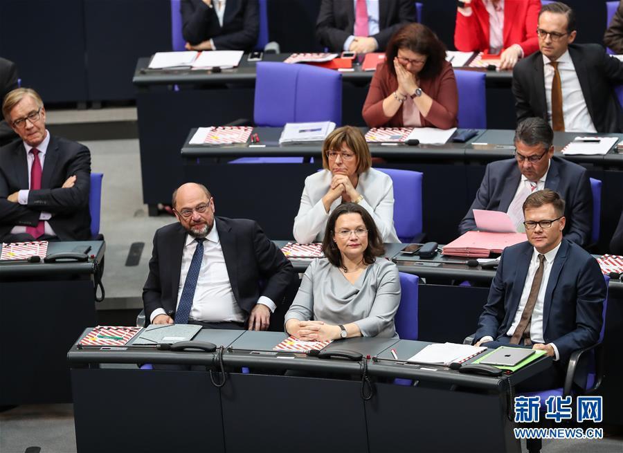 10月24日,在德国首都柏林,德国社民党主席舒尔茨(前左)出席会议。