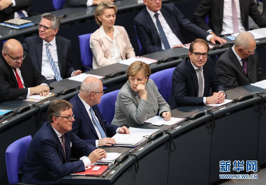 10月24日,在德国首都柏林,德国总理默克尔(中)出席会议。