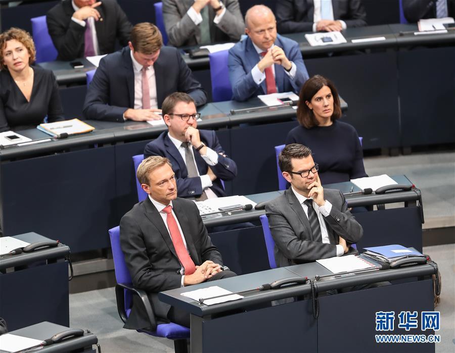 10月24日,在德国首都柏林,德国自由民主党主席林德纳(前左)出席会议。
