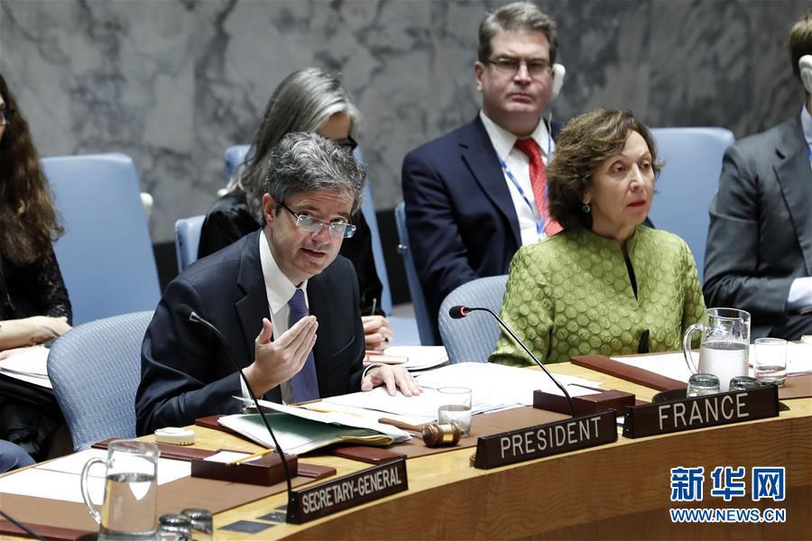 法国常驻联合国代表德拉特(前排左)在安理会表决后发言。