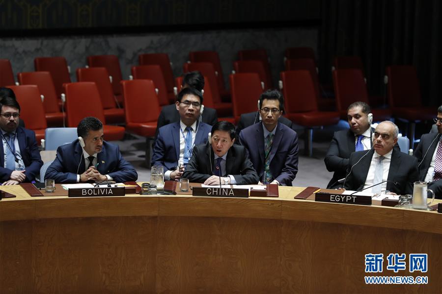 中国常驻联合国代表团临时代办吴海涛(前排中)在安理会表决后发言。