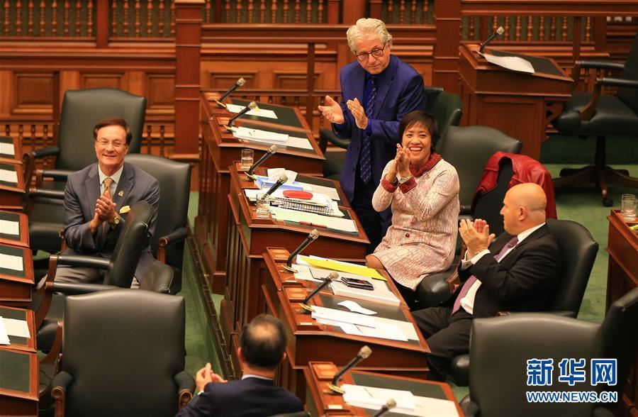 10月26日,在加拿大多伦多,安大略省议会议员黄素梅(右二)与同事鼓掌庆祝动议获通过。