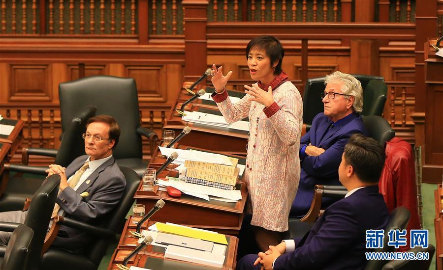 10月26日,在加拿大多伦多,安大略省议会议员黄素梅(左二)在辩论中发言。