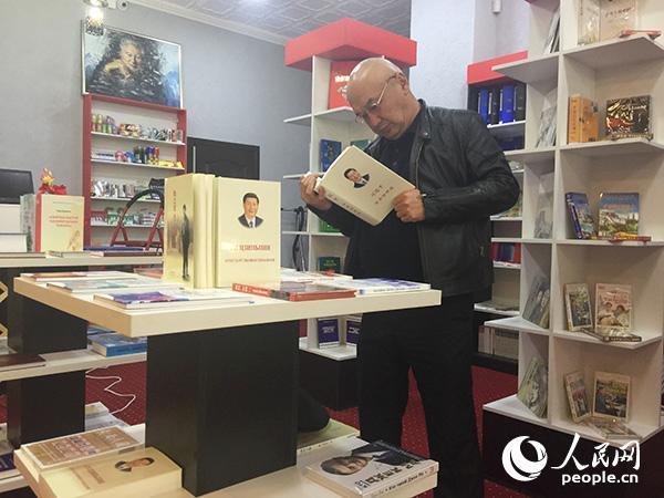 读者在书店看书(书店供图)