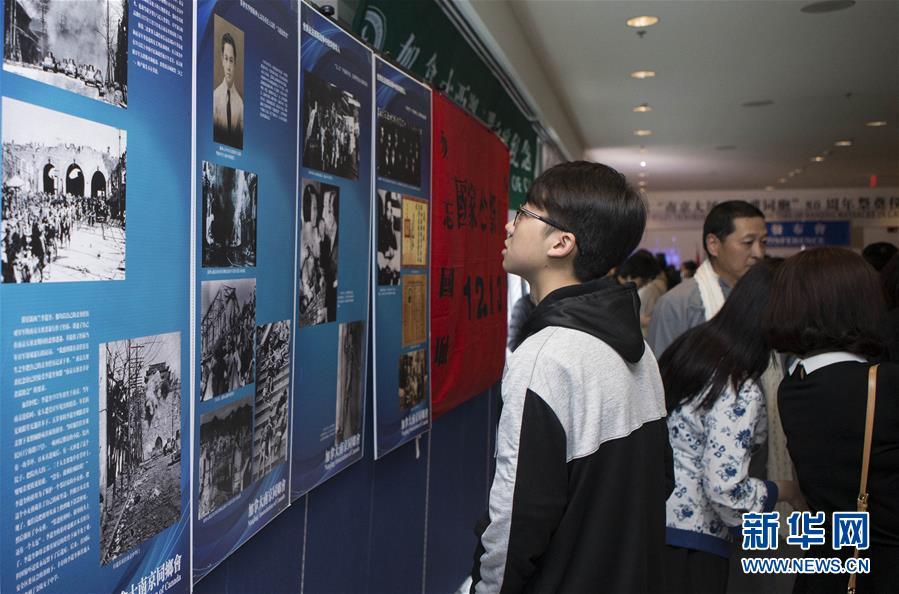 10月28日,在加拿大多伦多,人们参观南京大屠杀史料展。