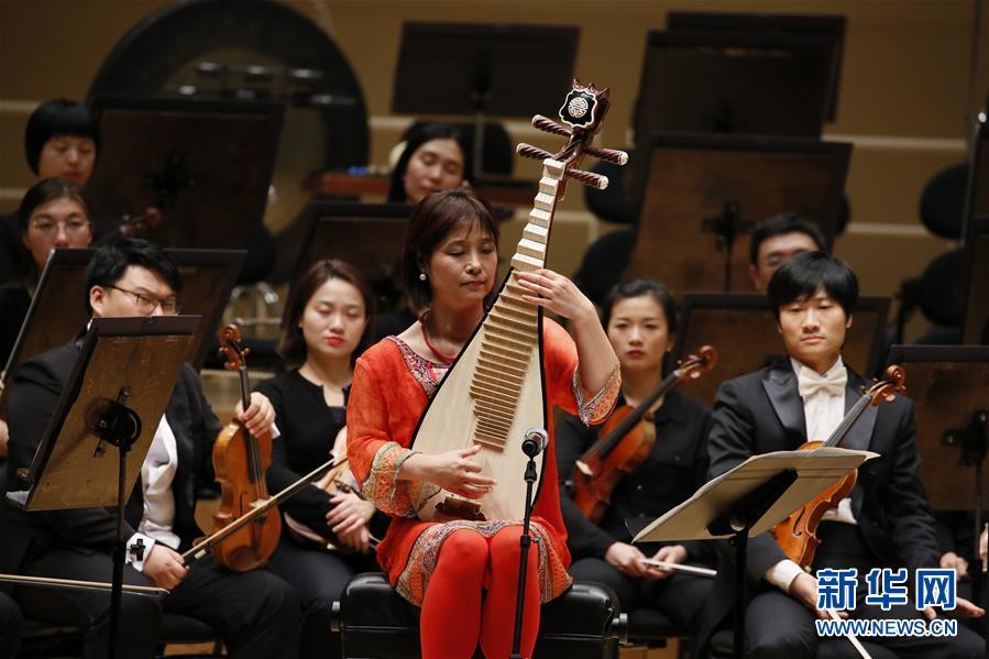 旅美琵琶演奏家吴蛮(前)演奏美国作曲家卢·哈里森的《琵琶与弦乐队协奏曲》。