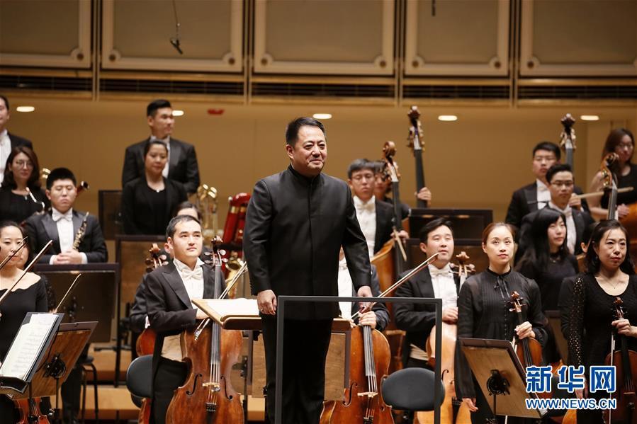 中国国家大剧院管弦乐团指挥吕嘉(前)向观众致意。