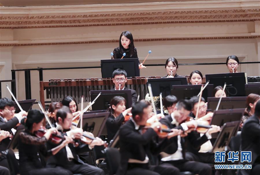 中国国家大剧院管弦乐团表演陈其钢作品《乱弹》。