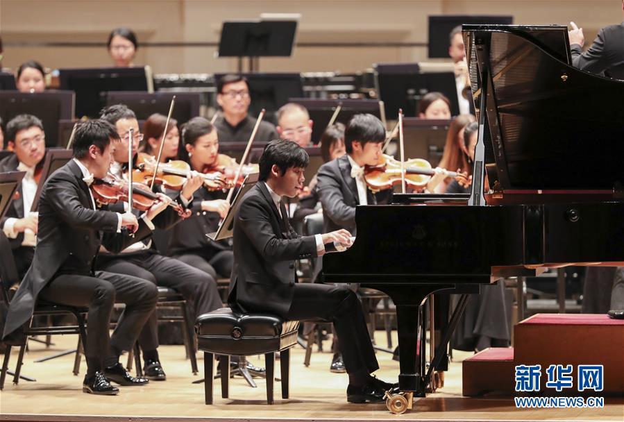 钢琴演奏家张昊辰(前)与中国国家大剧院管弦乐团携手表演《黄河》。
