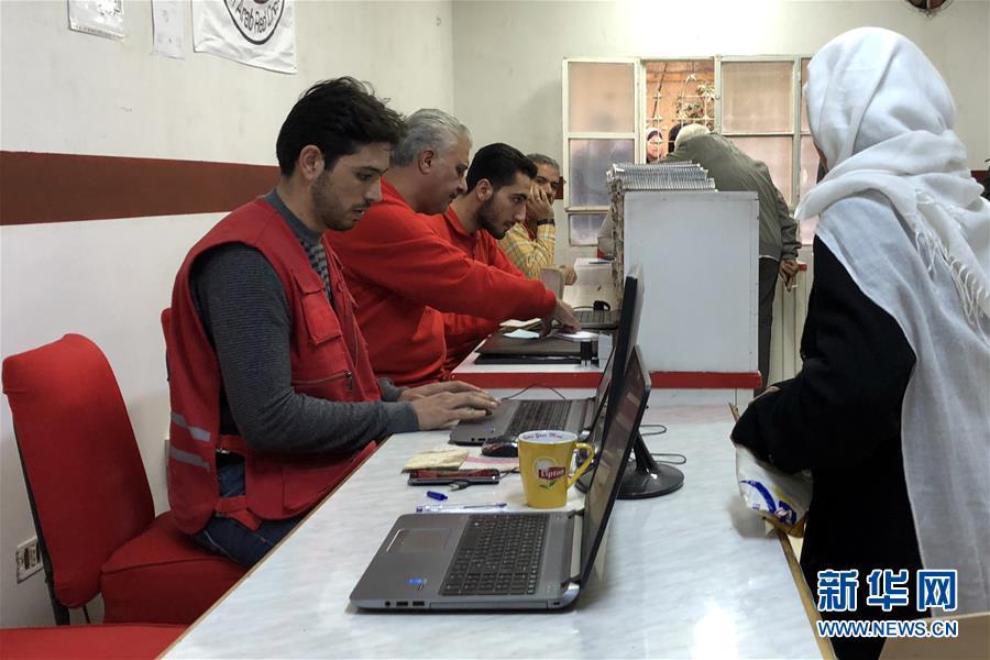 10月30日,在叙利亚首都大马士革的米宁镇,由中国政府提供资金援助、国际红十字会运营的人道援助站为流离失所者登记信息。