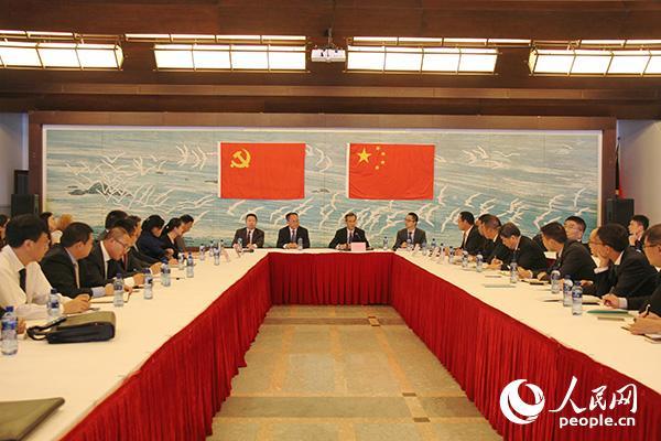 10月31日,中国驻南非大使林松添在使馆召开座谈会,向驻南非的中央媒体、中资机构、孔子学院和留学生代表传达党的十九大精神。 李志伟摄