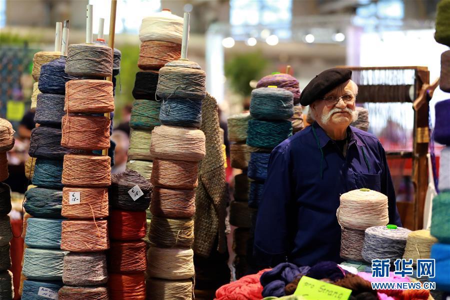 """11月2日,在德国法兰克福,一名男子在""""DIY创意世界""""展上出售毛线。"""